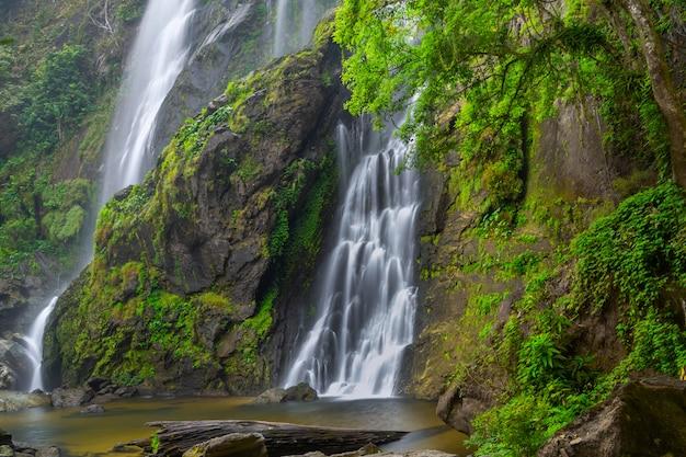 La belle cascade dans la forêt profonde au parc national de khlong lan