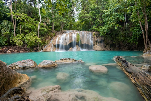 Belle cascade dans le parc national des cascades d'erawan à kanchanaburi, thaïlande
