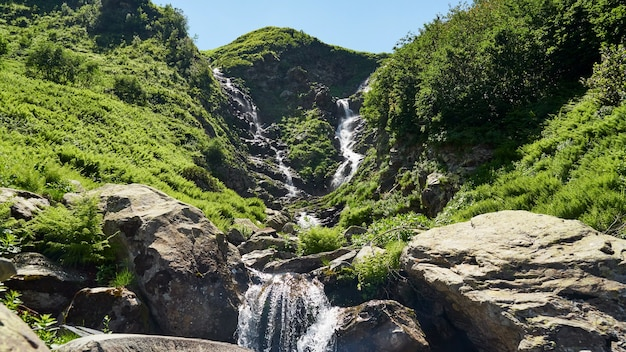 Belle cascade dans le parc national de sotchi, russie