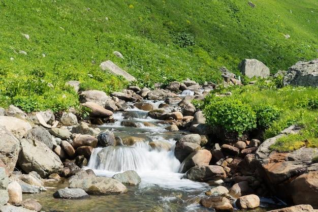 Belle cascade dans le paysage de giresun - turquie