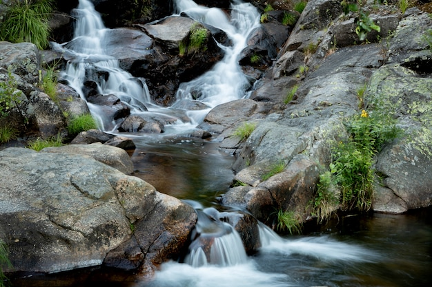 Belle cascade et gros rochers