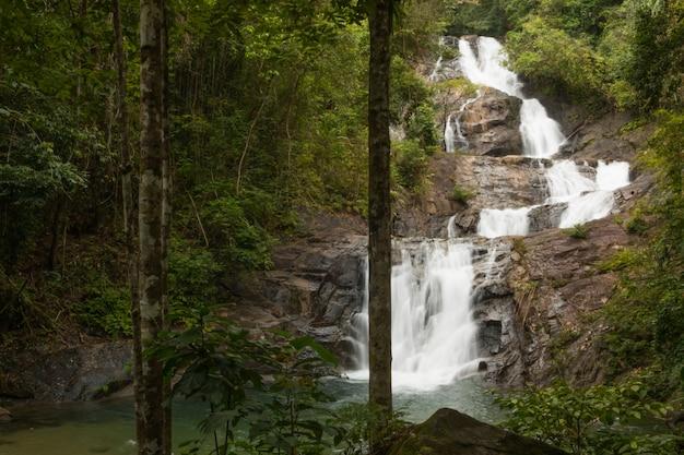 Belle cascade de lampi à khaolak - parc national de lumru