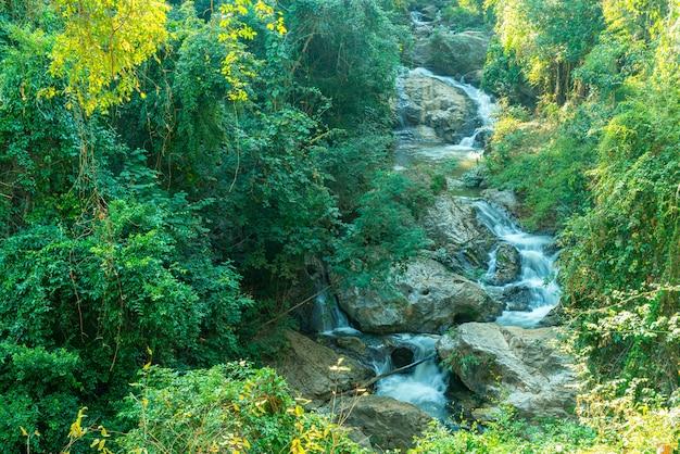 Belle cascade de mae sa à chiang mai, thaïlande