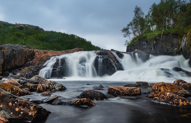 Belle cascade sur la rivière titovka dans la toundra de la péninsule de kola, après les pluies printanières