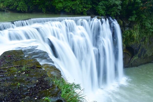 Belle cascade de shifen dans le district de pingxi
