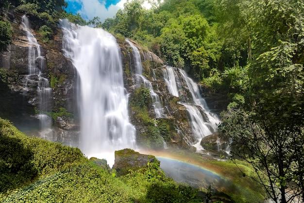 Belle cascade en thaïlande