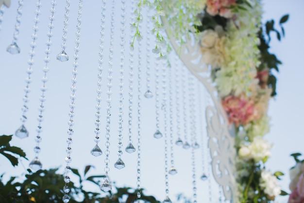 Belle cérémonie de mariage dans le parc