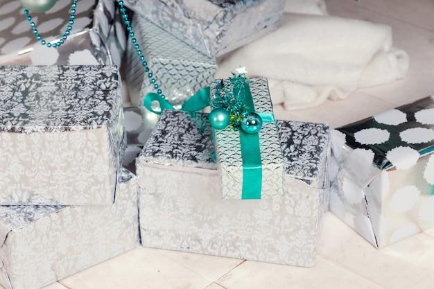 Belle chambre décorée de holdiay avec arbre de noël avec des cadeaux en dessous
