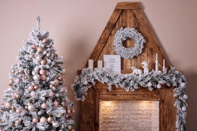 Belle chambre décorée de vacances avec arbre de noël près de la cheminée.