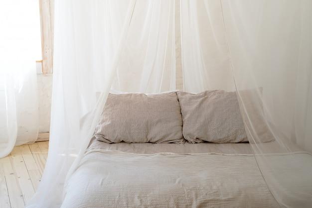 Belle chambre avec lit à baldaquin en bois