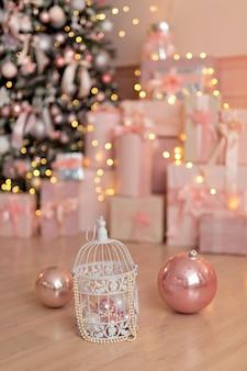 Belle chambre rose décorée de fête avec un sapin de noël, cadeaux. nouvel an.