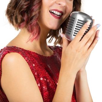 Belle chanteuse chantant une chanson