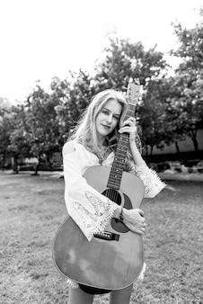 Belle chanteuse compositeur avec sa guitare