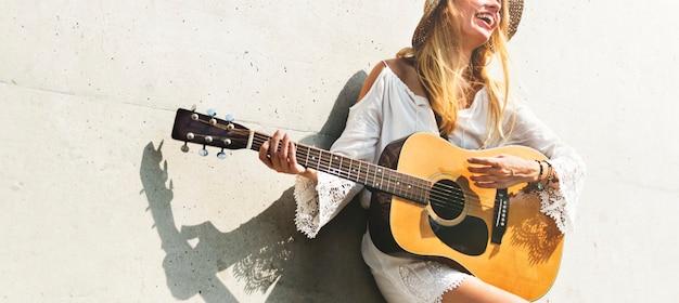 Belle chanteuse compositrice avec sa guitare