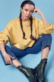 Belle charmante fille hispanique en jean et capuche jaune