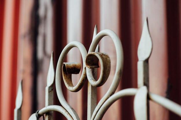 Belle clôture vintage colorée avec de la rouille.