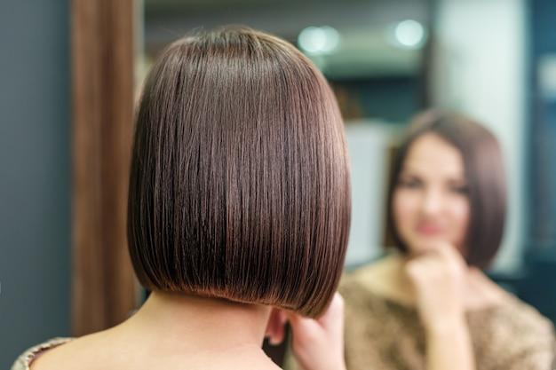 Belle coiffure courte de jeune femme