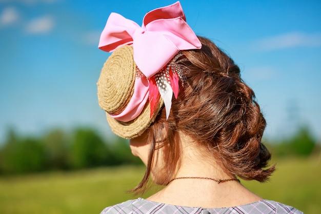Belle coiffure de femme avec une tresse
