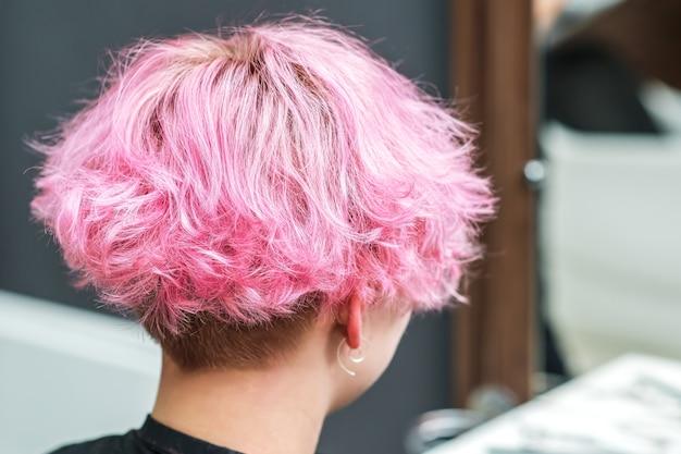 Belle coiffure de jeune femme après la mort des cheveux