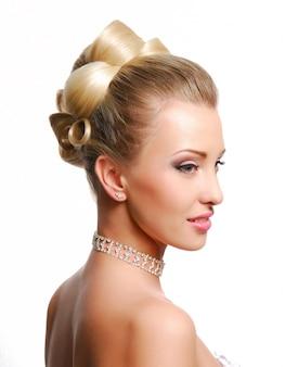 Belle coiffure de mariage moderne sur mur blanc
