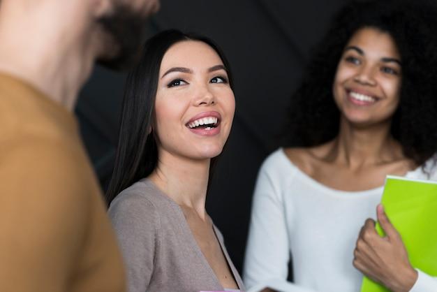 Belle communauté de femmes souriantes
