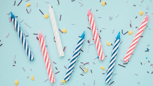 Belle composition d'anniversaire avec des bougies colorées
