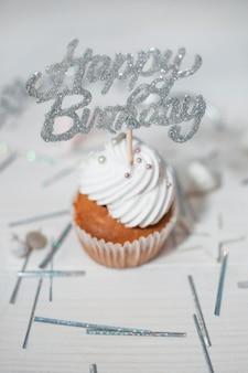 Belle composition d'anniversaire avec des cupcakes
