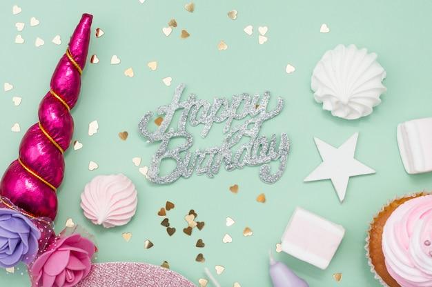 Belle composition d'anniversaire avec des éléments de fête