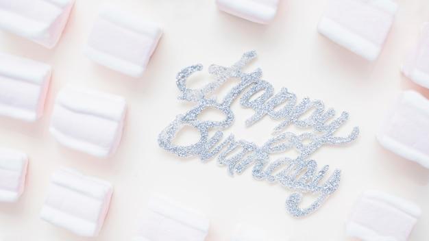 Belle composition d'anniversaire avec des guimauves