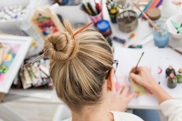 Belle composition d'art avec modèle féminin heureux