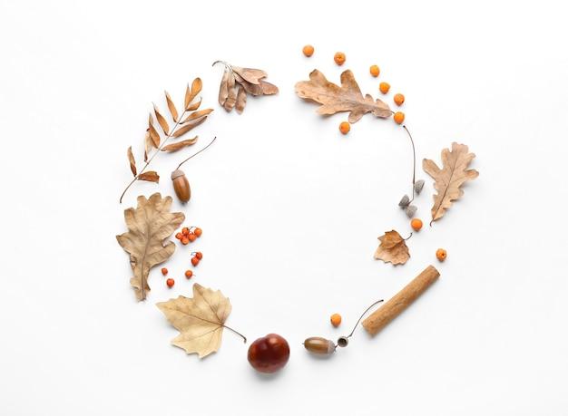 Belle composition d'automne sur fond de surface blanche