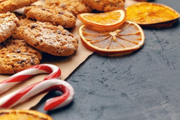 Belle composition de bonbons de noël avec des décorations