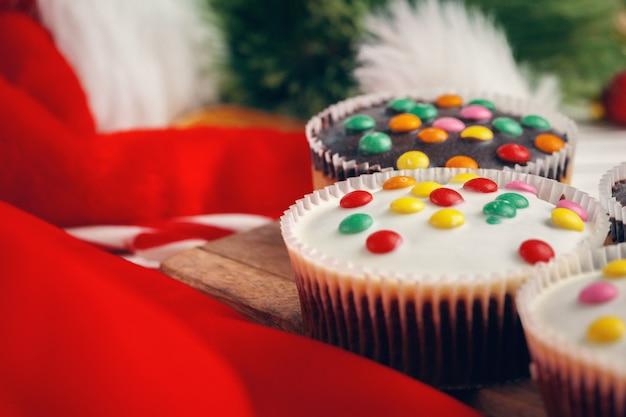Belle composition de bonbons de noël avec décorations