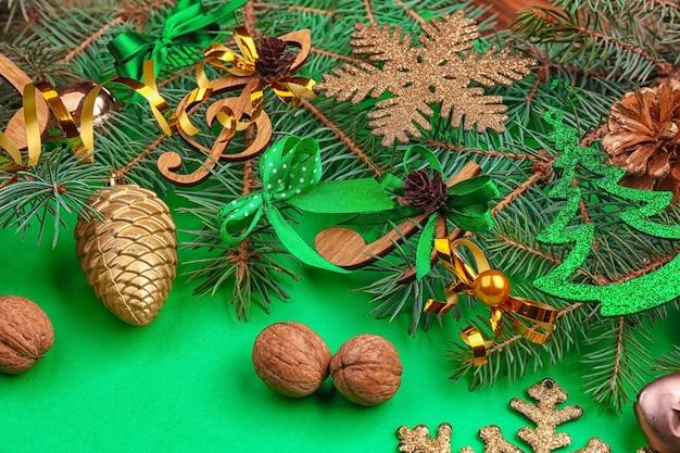 Belle composition avec des branches de sapin et des décorations sur couleur. concept de musique de noël