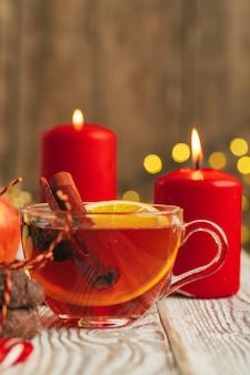 Belle composition avec coupe à vin et ingrédients sur table en bois