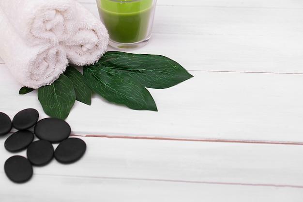 Belle composition de cure thermale sur une table en bois blanche