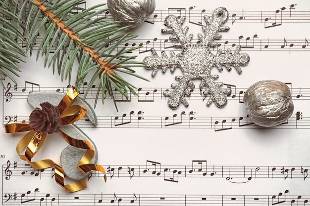 Belle composition avec des décorations sur feuille de musique. concept de chansons de noël
