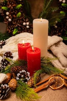 Belle composition élégante du nouvel an de cônes d'épinette et de bougies