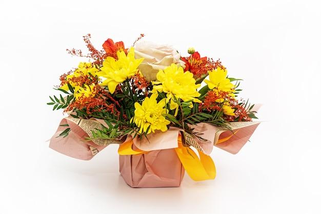 Belle composition de fleurs fraîches en boîte