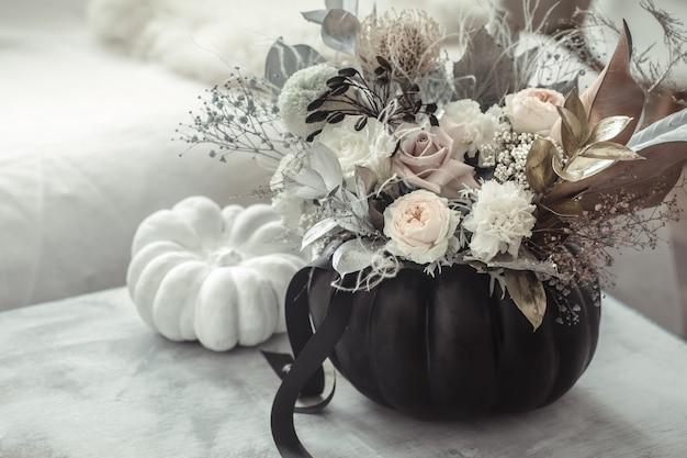 Belle composition de fleurs à l'intérieur de la pièce