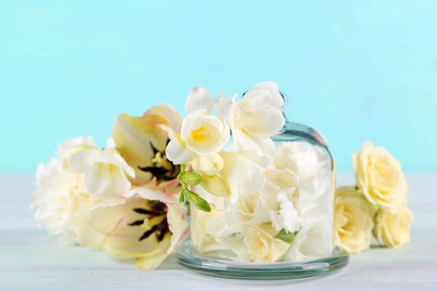 Belle composition avec des fleurs sur mur turquoise