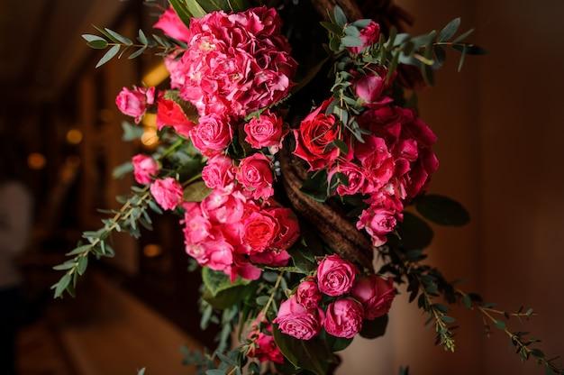 Belle composition de fleurs roses comme décoration