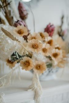 Belle composition de fleurs séchées dans un vase. mise au point sélective, gros plan