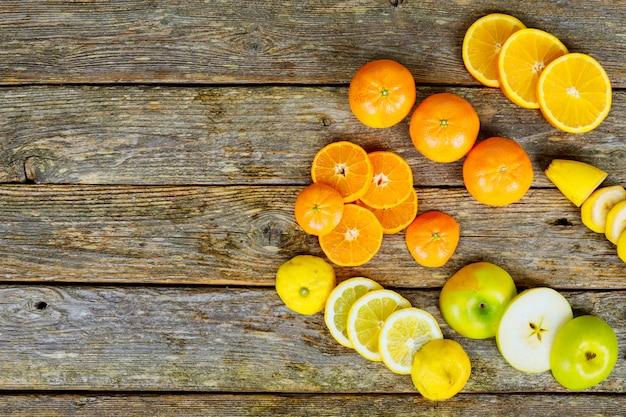 Belle composition de fruits tropicaux sur fond en bois
