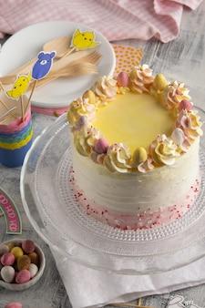 Belle composition avec un gâteau de pâques.