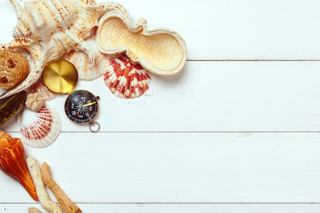 Belle composition de mer avec coquillages et boussole vintage