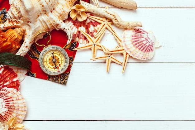 Belle composition de la mer avec coquillages et boussole vintage