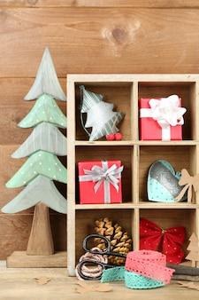 Belle composition de noël avec des cadeaux dans une caisse en bois