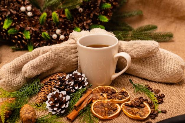Belle composition de noël élégante avec une tasse de thé à la cannelle et des pommes de pin
