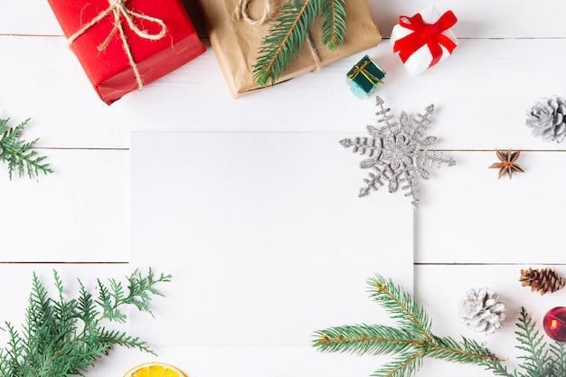 Belle composition de noël sur fond blanc en bois avec des coffrets cadeaux de noël